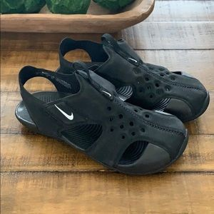 Boys size 1Y Nike closed toe sandal shoes
